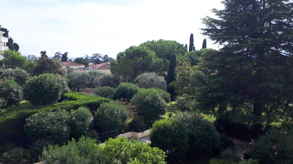 cannes-residence-grand-standing-oxford-appartement-3-pieces-90-m2-au-calme-vue-verdure-gardien-piscine-parc-et-tennis
